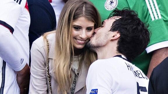 Nach dem Spiel gegen Nordirland küsst Mats Hummels seine Frau Cathy Hummels.