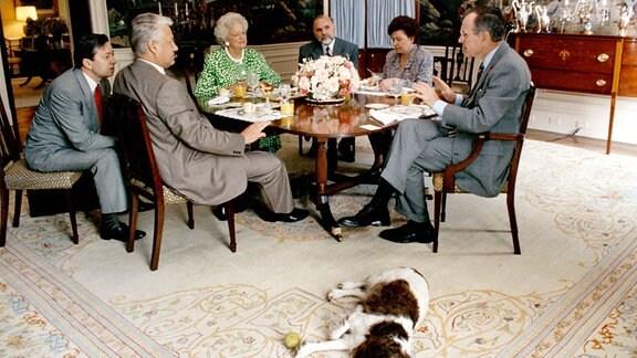 der ehemalige US-Präsident George Bush sen. USA, re., Ehefrau Barbara Bush 3.v.li. sowie Familienmitgliedern und Hund Millie im Weißen Haus in Washington