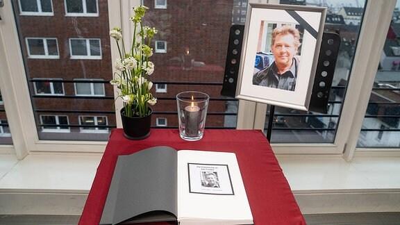 Die Auslage des Kondolenzbuches für Jan Fedder in der Davidwache auf Hamburg St. Pauli.