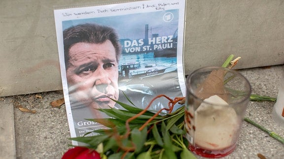 Die Fans des verstorbenen Hamburger Schauspielers Jan Fedder haben vor dem ehemaligen Groߟstadtrevier Blumen und Kerzen niedergelegt.