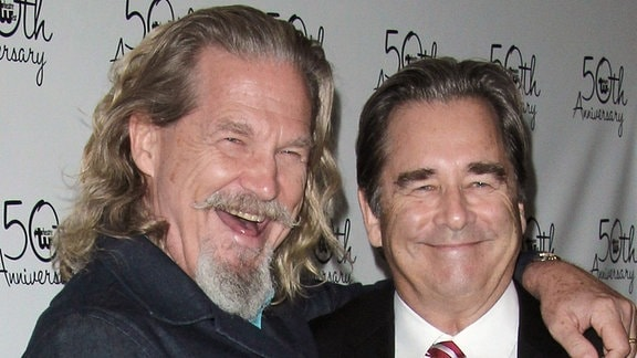 Jeff Bridges und Beau Bridges besuchen ein Theater und posieren lachend für ein Foto.