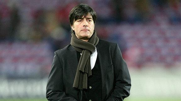 Bundestrainer Joachim Löw richtet seine Hose.