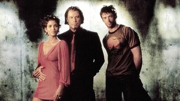 Die Schauspieler Halle Berry, John Travolta und Hugh Jackman posieren für ein Foto.