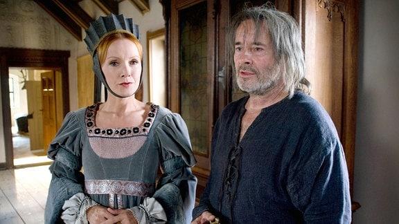 Katja Flint als Zauberin und Uwe Kockisch als Ritter