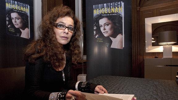 Die Sängerin Julia Neigel liest aus ihrer Biografie Neigelnah in der Villa Salzburg in Dresden.