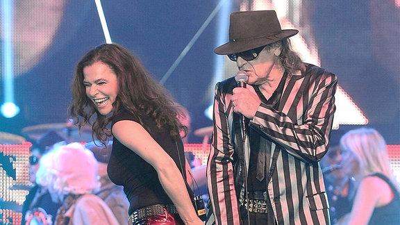 Sänger Udo Lindenberg und Sängerin Julia Neigel während eines Konzertes.
