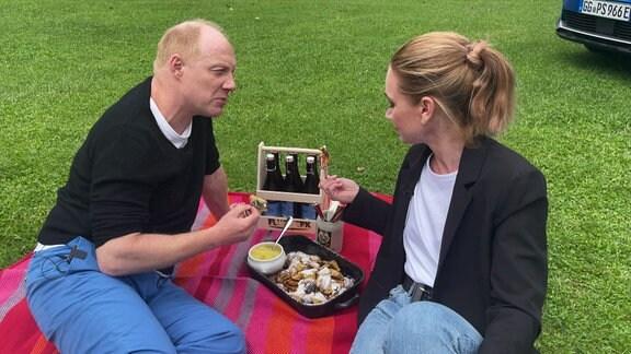 Ein Mann und eine Frau machen ein Picknick