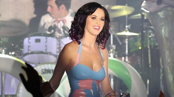 Die Sängerin Katy Perry während eines Konzertes auf der Bühne.