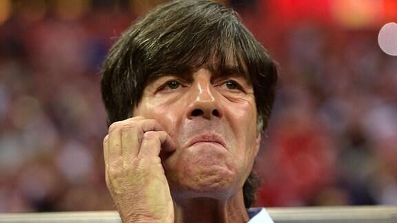 Bundestrainer Joachim Löw (Deutschland) kratzt sich nachdenklich das Kinn.