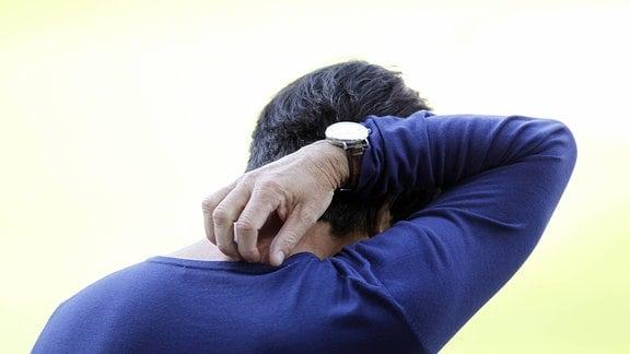 Joachim Löw (GER) kratzt sich am Nacken.