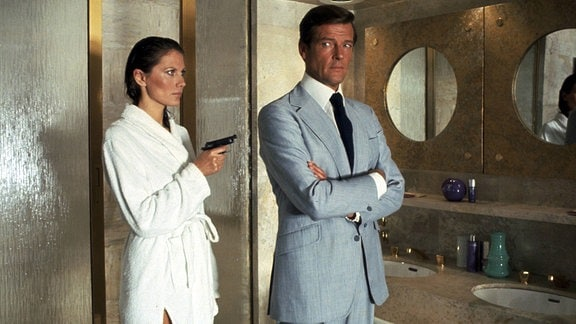 Roger Moore als James Bond und Maud Adams als Andrea Anders, 2002