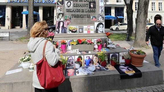 Am umstrittenen Denkmal für Michael Jackson vor dem Bayerischen Hof in München protestierten Fans gegen eine Dokumentation.