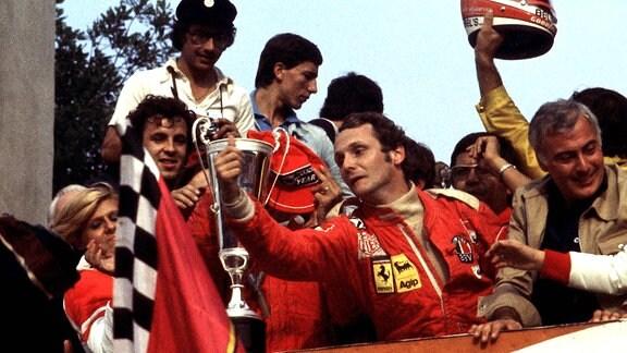 Niki Lauda feiert seinen Weltmeistertitel 1975