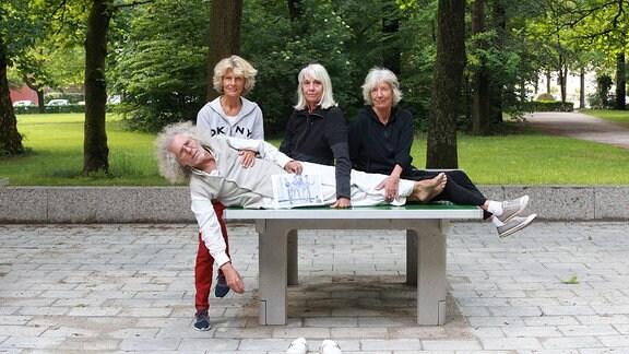 Rainer Langhans spielt mit seinem Harem Tischtennis im Luitpoldpark in München