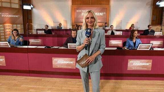 Moderatorin Janin Ullman im Callcenter, wo Prominente die Spendenanrufe entgegen nehmen