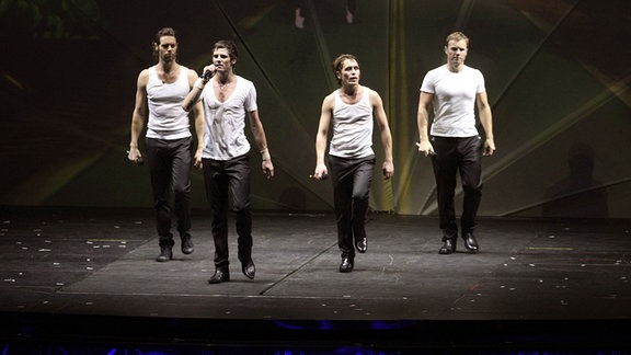 änger Howard Donald, Jason Orange, Mark Owen und Gary Barlow der Gruppe Take That während eines Konzerts in Oberhausen