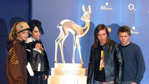 Die Band Tokio Hotel neben einer Bambi-Statue im Jahr 2005.