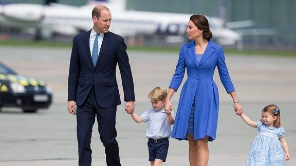 William, Kate mit Kindern an einem Flughafen