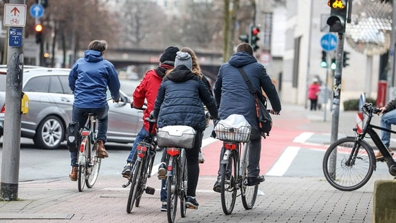 Radfahrer im Straßenverkehr auf einem Radweg