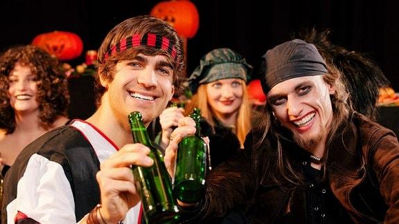 Männer trinken Bier.