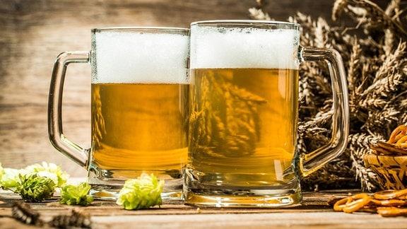 Zwei gefüllte Bierkrüge