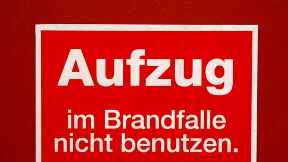 Warnschild - Aufzug im Brandfalle nicht benutzen. Fluchtweg über Treppenhaus!