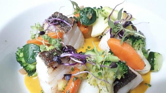 Ein Fischgericht auf einem Teller