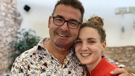 Ein Mann und eine Frau schauen in die Kamera