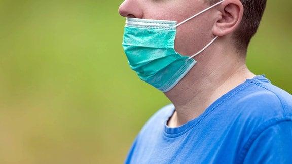 Ein Mann mit Mund-Nasen-Bedeckung welche nicht bis über die Nase gezogen wurde.