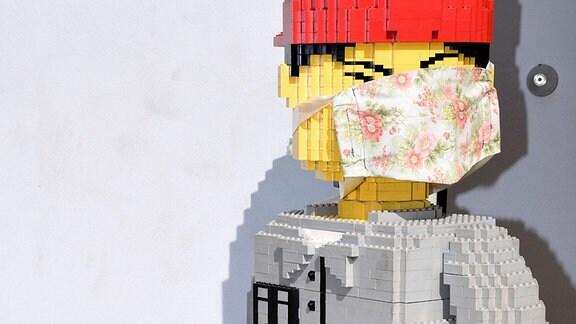 Legofigur mit Mund-Nasen-Maske am Legoland Deutschland.