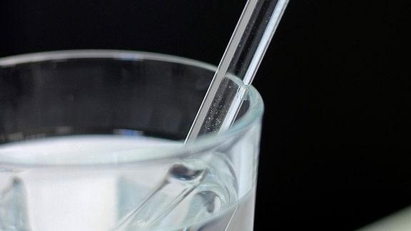 Trinkhalm aus Glas in einem Wasserglas