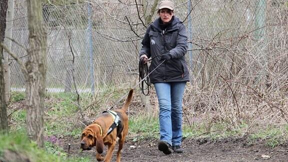 Tanja Weidler mit Suchhund Emma, 2012
