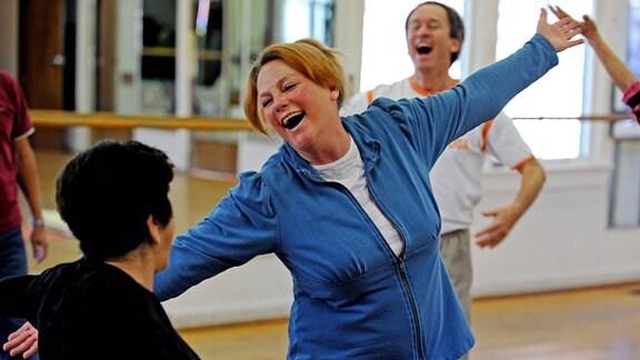 Vicki Orgill (Mitte) beim Lach-Yoga-Seminar in Laguna Beach