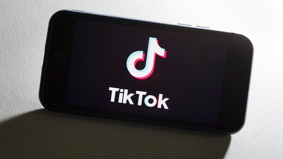 Das Logo des chinesischen Videoportal Tik Tok wird auf einem Smartphone angezeigt.