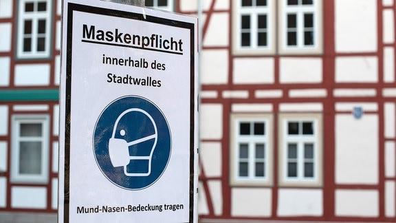 Hinweisschild Maskenpflicht innerhalb des Stadtwalles - Mund-Nasen-Bedeckung tragen.