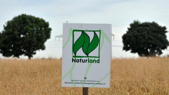 """Schild mit der Aufschrift """"Naturland"""""""