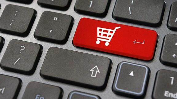 Symbol Einkaufswagen auf Tastatur.
