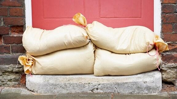 Sandsäcke vor einer Haustür