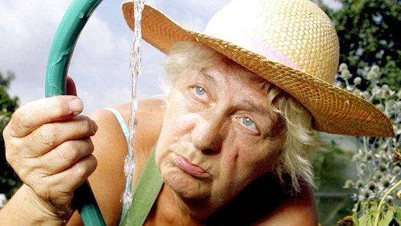 Rentnerin kämpft bei anhaltender Sommerhitze vergeblich gegen das Vertrocknen ihrer Gartenpflanzen