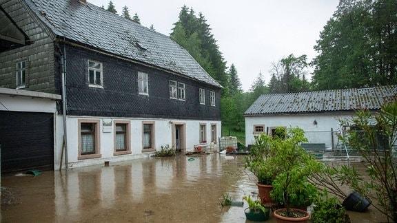 Ein Hof steht unter Wasser.