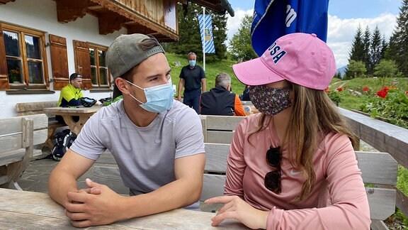 Zwei junge Wanderer in einer Gaststätte