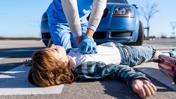Bei einem Unfallopfer wird eine Herzdruckmassage durchgeführt