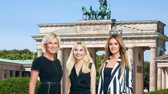 Collage: Die drei BRISANT-Moderatorinnen Kamilla Senjo, Susanne Klehn und Mareile Höppner (v.l.) vor dem Brandenburger Tor