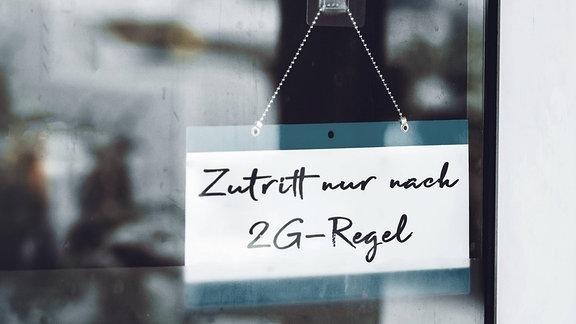 """Schild mit der Aufschrift """"Zutritt nur nach 2G-Regel"""""""