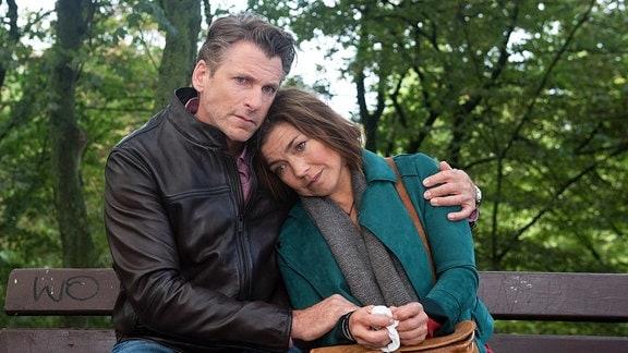 Nach der Trennung von Alex, sucht Astrid (Claudia Schmutzler, r.) Trost bei Henning (Herbert Ulrich, l.)