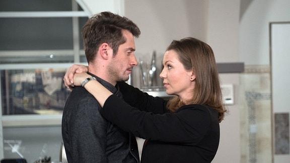 Judith (Katrin Ingendoh, r.) kämpft mit allen Mitteln um ihre Liebe zu  Alex (Philipp Oliver Baumgarten, l.) - sie überrumpelt ihn mit einem Heiratsantrag.