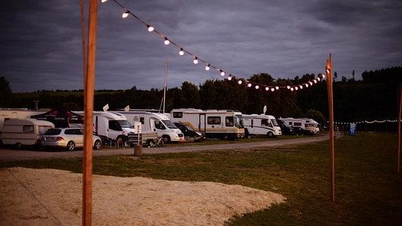 Ein Parkplatz mit Campingmobilen