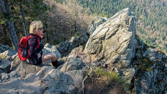 Wandererin auf dem Kandelfelsen im Hochschwarzwald