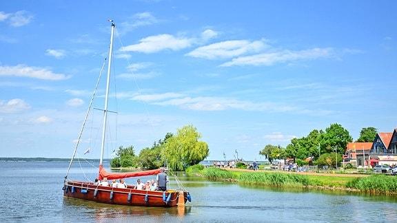 Ein Segelschiff im eine Boddengewässer