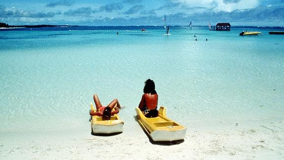 Urlauberinnen entspannen an einer Bucht auf Martinique.